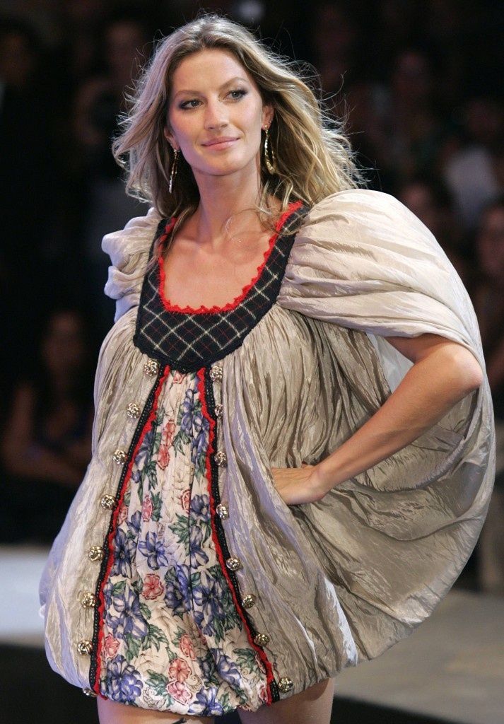 Brazilian model Gisele Bundchen wears a creation from Colcci's 2008 autumn/winter collection during Fashion Rio Show in Rio